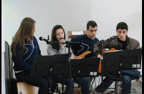 Jovens do Ensino Médio cantam em homenagem a Dom Bosco!