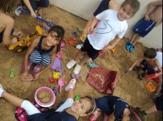Super Leitores brincam e se divertem na caixa de areia